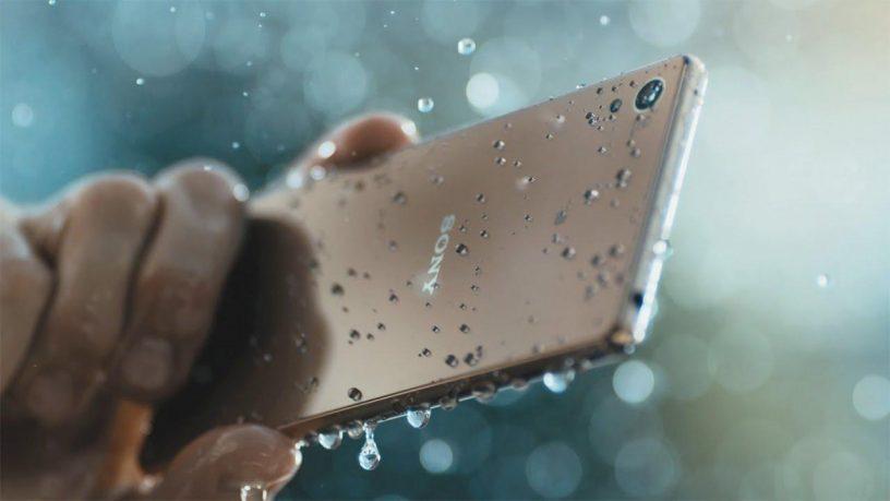 Sony Xperia Z5 yang memiliki ketahanan tetrhadap air
